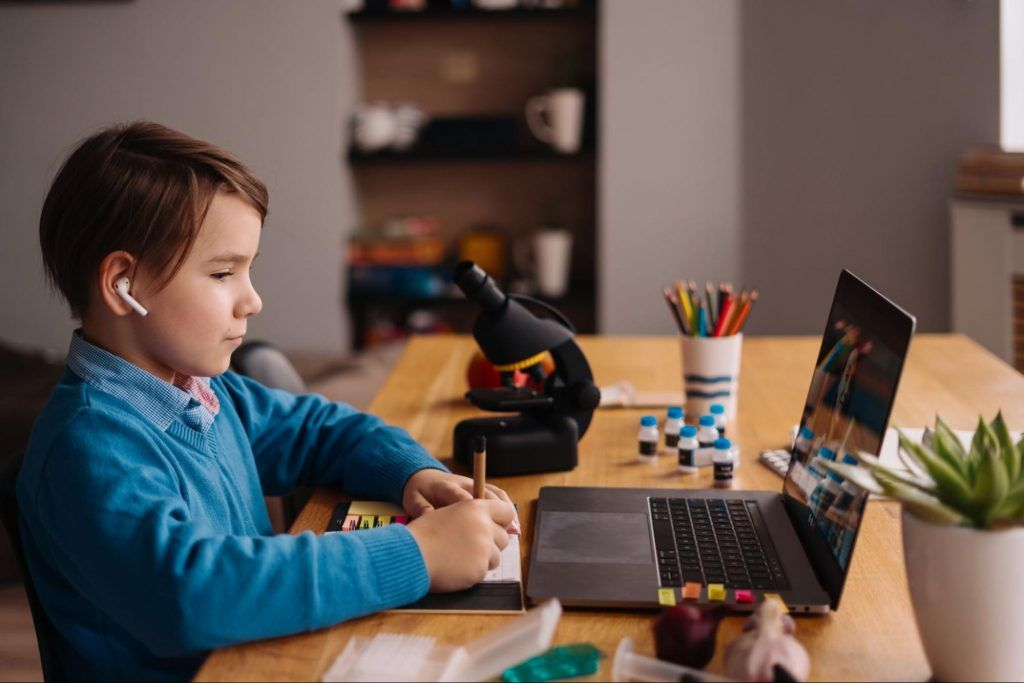 Child learning coding online